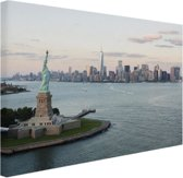 FotoCadeau.nl - Vrijheidsbeeld met Skyline Canvas 80x60 cm - Foto print op Canvas schilderij (Wanddecoratie)