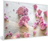 Foto in lijst - Een paarse bloemkool in stukjes op houten tafel fotolijst wit 60x40 cm - Poster in lijst (Wanddecoratie woonkamer / slaapkamer)
