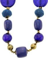 Lange antiek goudkleurige ketting met blauwe glaskralen en gehaakte kralen