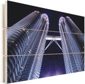Paarse tint over de Petronas Towers Vurenhout met planken 120x80 cm - Foto print op Hout (Wanddecoratie)
