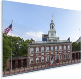 Independence Hall met een wapperende Amerikaanse vlag Plexiglas 30x20 cm - klein - Foto print op Glas (Plexiglas wanddecoratie)