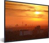 Foto in lijst - De ondergaande zon boven de skyline van het Duitse Mannheim fotolijst zwart 40x30 cm - Poster in lijst (Wanddecoratie woonkamer / slaapkamer)