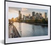 Foto in lijst - Zonsondergang achter de gebouwen van Melbourne in Australië fotolijst zwart met witte passe-partout klein 40x30 cm - Poster in lijst (Wanddecoratie woonkamer / slaapkamer)