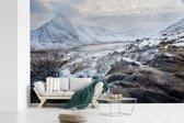 Fotobehang vinyl - Sneeuw bedekte bergen in het Nationaal park Snowdonia breedte 420 cm x hoogte 280 cm - Foto print op behang (in 7 formaten beschikbaar)