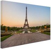 De eiffeltoren bij zonsopkomst Canvas 80x60 cm - Foto print op Canvas schilderij (Wanddecoratie)