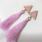 Fashionidea – mooie lange oorbellen met leuke roze kwastjes en goudkleurige hanger voorzien van een marmerlook steen