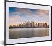 Foto in lijst - Skyline van Sydney met witte wolken in Australië fotolijst zwart met witte passe-partout klein 40x30 cm - Poster in lijst (Wanddecoratie woonkamer / slaapkamer)