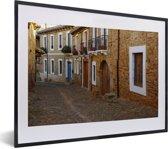 Foto in lijst - Oranje gevels in straatbeeld van Leon in Spanje fotolijst zwart met witte passe-partout klein 40x30 cm - Poster in lijst (Wanddecoratie woonkamer / slaapkamer)