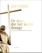 De man die het kruis draagt