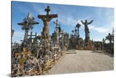 Grote en kleine kruizen op de Kruisheuvel in Litouwen Aluminium 30x20 cm - klein - Foto print op Aluminium (metaal wanddecoratie)