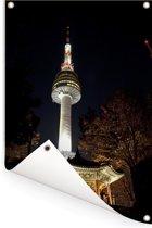De Zuid-Koreaanse toren in het Aziatische Seoul tijdens de nacht Tuinposter 80x120 cm - Tuindoek / Buitencanvas / Schilderijen voor buiten (tuin decoratie)