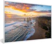Foto in lijst - De Twaalf Apostelen bij zonsondergang fotolijst wit 60x40 cm - Poster in lijst (Wanddecoratie woonkamer / slaapkamer)