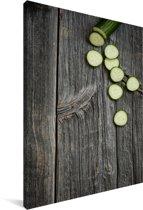 Vers gesneden komkommers op een houten oppervlak Canvas 40x60 cm - Foto print op Canvas schilderij (Wanddecoratie woonkamer / slaapkamer)