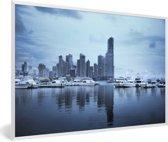 Foto in lijst - Skyline met blauwe tinten in Panama Stad fotolijst wit 60x40 cm - Poster in lijst (Wanddecoratie woonkamer / slaapkamer)