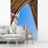 Fotobehang vinyl - De Kathedraal van Milaan vanuit een mooie hoek breedte 180 cm x hoogte 270 cm - Foto print op behang (in 7 formaten beschikbaar)
