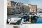 Fotobehang vinyl - Prachtige boten voor de witte huizen in Gallipoli breedte 360 cm x hoogte 240 cm - Foto print op behang (in 7 formaten beschikbaar)