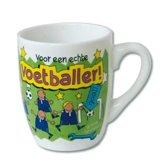 Mok - Cartoon Mok - Voor een echte voetballer - Gevuld met een verpakte toffeemix - In cadeauverpakking met gekleurd krullint
