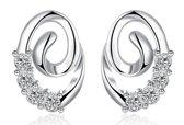 Fashionidea - Mooie zilverkleurige oorbellen met zirkonia steentjes en modern vormgegeven.