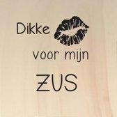 Houten ansichtkaart 15x15cm Dikke kus voor mijn zus - 107008012016