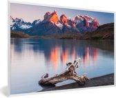 Foto in lijst - Zonsondergang in het Nationaal park Torres del Paine in Chili fotolijst wit 60x40 cm - Poster in lijst (Wanddecoratie woonkamer / slaapkamer)
