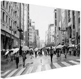 Ginza in de regen zwart-wit foto Canvas 80x60 cm - Foto print op Canvas schilderij (Wanddecoratie woonkamer / slaapkamer)