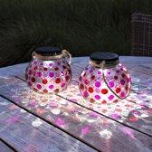Gadgy® – Solar Glazen Lantaarn set Rood – 2 ronde glazen tuinlantaarns met Led verlichting - Solarlamp met mozaïek lichteffect en handvat – Buitenlamp / Tafellamp op zonne energie – ook USB oplaadbaar! – Incl. USB kabel – dag/nacht sensor - Ø 15 cm.