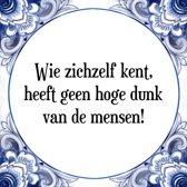 Tegeltje met Spreuk (Tegeltjeswijsheid): Wie zichzelf kent, heeft geen hoge dunk van de mensen! + Kado verpakking & Plakhanger
