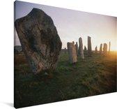 Het Britse Calanais Standing Stones met de zon Canvas 140x90 cm - Foto print op Canvas schilderij (Wanddecoratie woonkamer / slaapkamer)