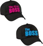 The Boss en The Real boss petten / caps zwart met blauwe en roze bedrukking voor volwassenen - bruiloft / huwelijk – cadeaupetten / geschenkpetten voor koppels