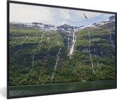 Foto in lijst - Vogels boven watervallen Geirangerfjord in Noorwegen fotolijst zwart 60x40 cm - Poster in lijst (Wanddecoratie woonkamer / slaapkamer)