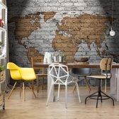Fotobehang Grunge Brick Wall World Map | VEL - 152.5cm x 104cm | 130gr/m2 Vlies
