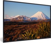 Foto in lijst - Vulkaan in het Nationaal park Tongariro in Nieuw-Zeeland fotolijst zwart 60x40 cm - Poster in lijst (Wanddecoratie woonkamer / slaapkamer)