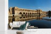 Fotobehang vinyl - De Khaju bridge in het Iraanse Isfahar met weerkaatsing in het water breedte 390 cm x hoogte 260 cm - Foto print op behang (in 7 formaten beschikbaar)