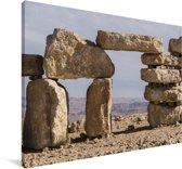 Gestapelde stenen midden in de Makhtesh Ramon in Israël Canvas 140x90 cm - Foto print op Canvas schilderij (Wanddecoratie woonkamer / slaapkamer)