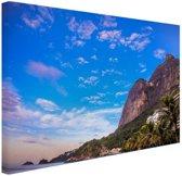 Strand met bergen Brazilie Canvas 120x80 cm - Foto print op Canvas schilderij (Wanddecoratie woonkamer / slaapkamer)