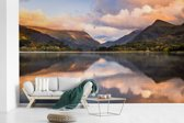 Fotobehang vinyl - Weerspiegeling van het nationaal park Snowdonia breedte 640 cm x hoogte 400 cm - Foto print op behang (in 7 formaten beschikbaar)