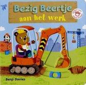 Boek cover Bezig Beertje aan het werk (kartonboek). 1+ van Benji Davies