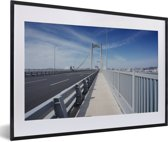 Foto in lijst - Een blauwe lucht boven de brug in Shenyang fotolijst zwart met witte passe-partout 60x40 cm - Poster in lijst (Wanddecoratie woonkamer / slaapkamer)