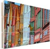 Kleurrijke foto van Bryggen Vurenhout met planken 90x60 cm - Foto print op Hout (Wanddecoratie)