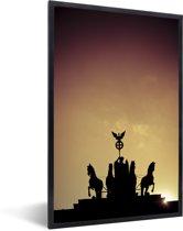 Foto in lijst - Het Quadriga standbeeld bij de Duitse Brandenburger Tor met een kleurrijke hemel fotolijst zwart 40x60 cm - Poster in lijst (Wanddecoratie woonkamer / slaapkamer)