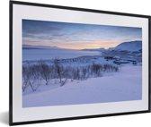 Foto in lijst - Zonsopgang bij het Nationaal park Abisko in Zweden fotolijst zwart met witte passe-partout 60x40 cm - Poster in lijst (Wanddecoratie woonkamer / slaapkamer)