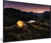 Foto in lijst - Lake District met een verlichtte kampeertent fotolijst zwart 60x40 cm - Poster in lijst (Wanddecoratie woonkamer / slaapkamer)