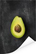 Eenzame avocado op een tafel Poster 20x30 cm - klein - Foto print op Poster (wanddecoratie woonkamer / slaapkamer)