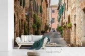 Fotobehang vinyl - Straat van de Italiaanse middeleeuwse stad San Gimignano in Toscane breedte 450 cm x hoogte 300 cm - Foto print op behang (in 7 formaten beschikbaar)
