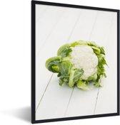 Foto in lijst - Bloemkool op witte planken fotolijst zwart 30x40 cm - Poster in lijst (Wanddecoratie woonkamer / slaapkamer)