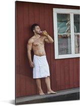 Een gespierde man met een handdoek om zijn middel Aluminium 60x90 cm - Foto print op Aluminium (metaal wanddecoratie)