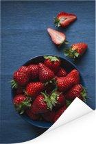 Een blauwe kom met aardbeien Poster 120x180 cm - Foto print op Poster (wanddecoratie woonkamer / slaapkamer) XXL / Groot formaat!