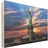 Vrijheidsbeeld bij een zonsopkomst Bij New York in de VS Vurenhout met planken 90x60 cm - Foto print op Hout (Wanddecoratie)
