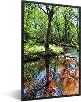 Foto in lijst - Reflectie in een beekje in het Nationaal park New Forest in Engeland fotolijst zwart 40x60 cm - Poster in lijst (Wanddecoratie woonkamer / slaapkamer)
