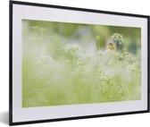Foto in lijst - Een roodborsttapuit in groene omgeving fotolijst zwart met witte passe-partout 60x40 cm - Poster in lijst (Wanddecoratie woonkamer / slaapkamer)